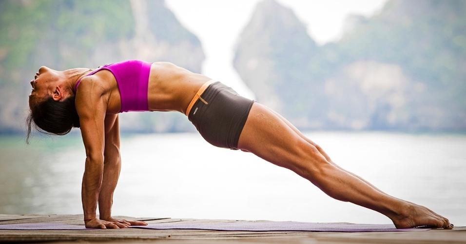 Uma mulher pratica ioga em Krabi, Tailândia. Conhecida pelas impressionantes formações rochosas e pelo azul do mar, a cidade no sul da Tailândia oferece um cenário idílico para uma boa sessão de alongamento