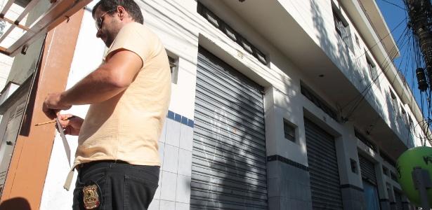 Policial federal participa de operação em um gráfica no bairro da Casa Verde, zona norte de São Paulo - Felipe Rau/ Estadão conteúdo