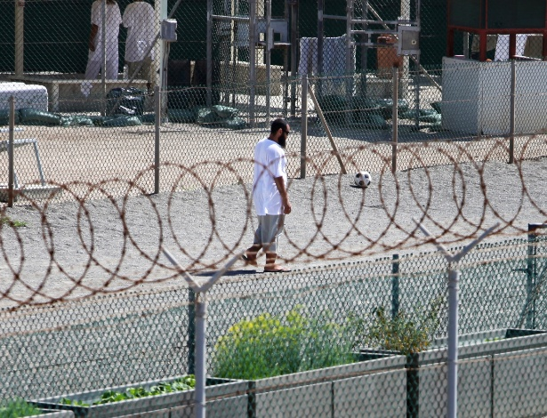 8.jun.2010 - Detento caminha no Campo 4 do Camp Delta, na base de Guantánamo - Richard Perry/The New York Times