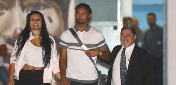 Ao lado do advogado e da mulher, o goleiro Bruno Fernandes deixa prisão após conseguir habeas corpus
