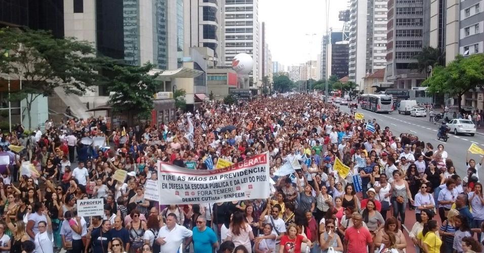 08.mar.2017 - Professores das redes municipal e estadual de ensino fazem manifestação na avenida Paulista, em São Paulo