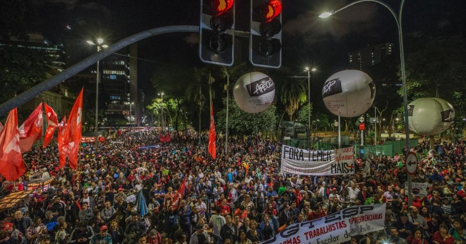 31.mar.2017 - Membros de centrais sindicais e movimentos sociais reúnem-se na Praça da República, no centro de São Paulo, em protesto contra as reformas do governo Temer