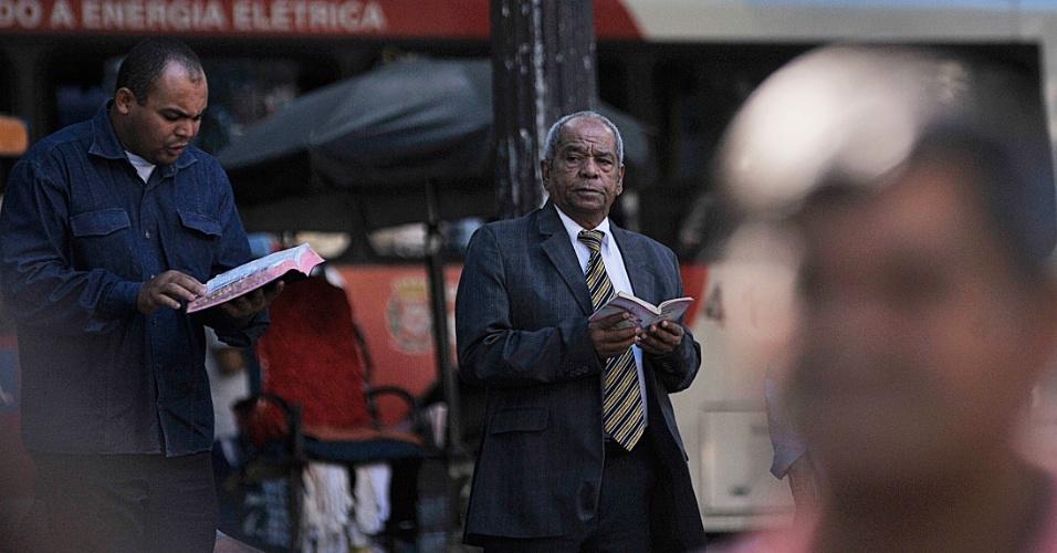 5.abr.2017 - O pastor Arnaldo de Albuquerque Melo, 75 (ao meio), durante pregaçao ao ar livre na praça da Sé, em São Paulo