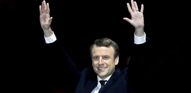 O presidente eleito da França Emmanuel Macron acena discurso da vitória, em Paris