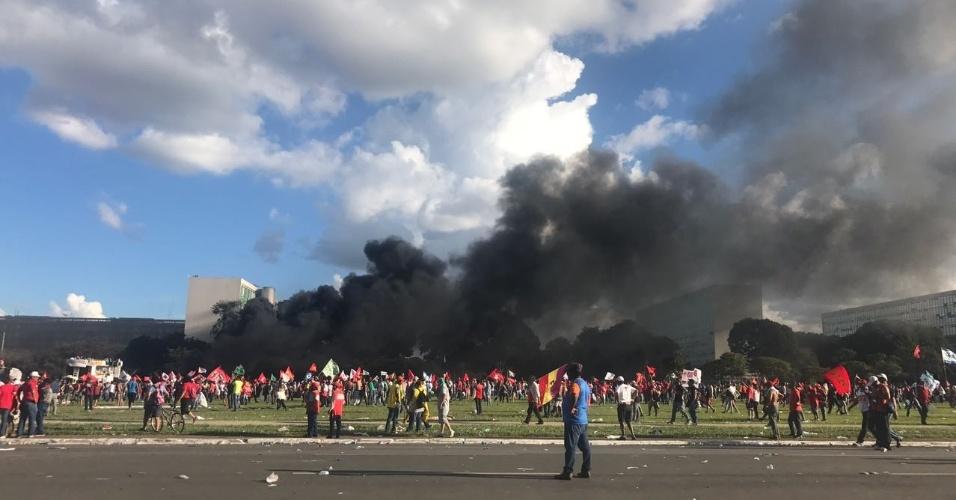 24.mai.2017 - Fumaça toma conta da Esplanada dos Ministérios após manifestantes criarem focos de incêndio durante protesto em Brasília