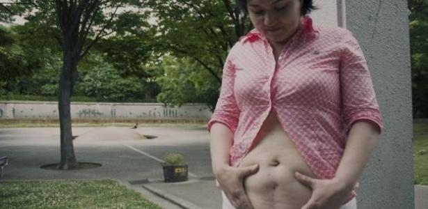 Samanta Yoshida não tem vergonha da cicatriz vertical ganhada após uma cesárea feita no Japão