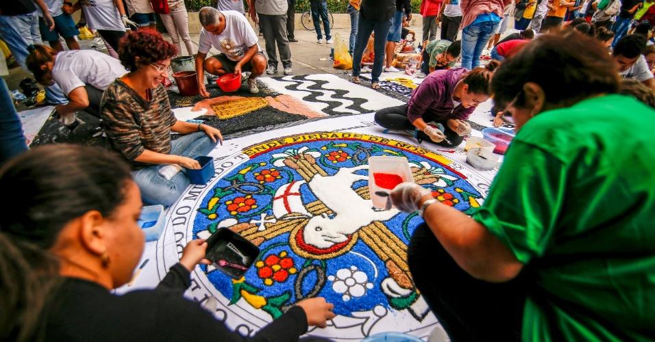 15.jun.2017 - Fiéis montam tradicional tapete de rua para celebração de Corpus Christi na avenida Chile, no centro do Rio de Janeiro. A tradição da confecção dos tapetes de Corpus Christi vem de Portugal