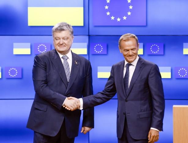 22.jun.2017 - Presidente da Ucrânia, Petro Poroshenko (na esq.), cumprimenta o presidente do Conselho Europeu, Donald Tusk, em reunião na cúpula da União Européia em Bruxelas