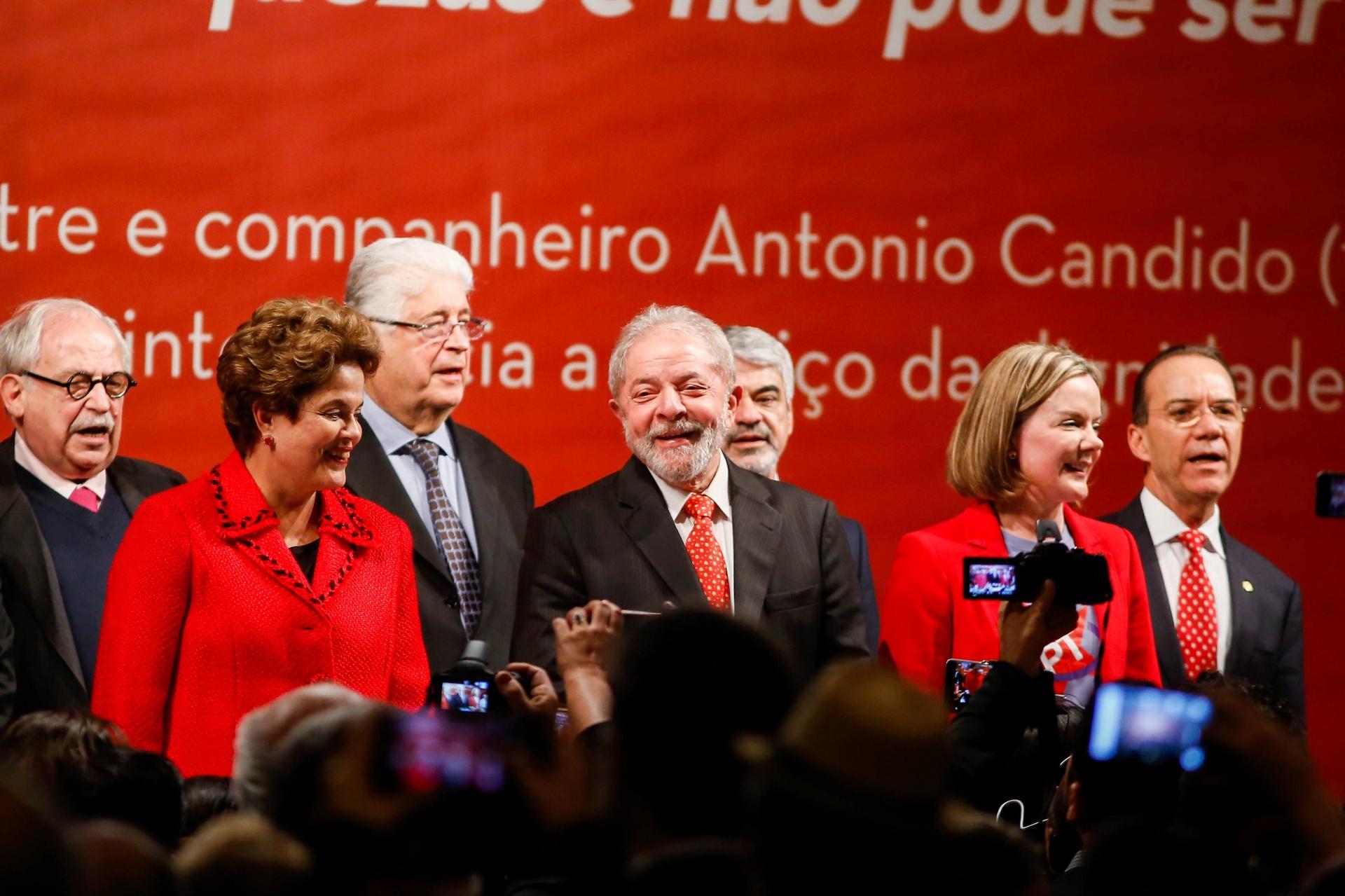 05.jul.2017 - Ex-presidentes da República Dilma Rousseff (e) e Luiz Inácio Lula da Silva (c) participam de evento de posse da nova presidente do PT, senadora Gleisi Hoffmann (d)