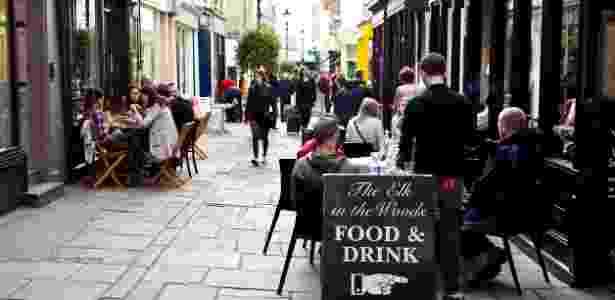 Contratos sem garantia de trabalho são comuns em restaurantes e bares do Reino Unido - Getty Images - Getty Images