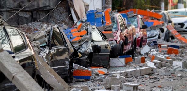 Ao menos oito veículos foram danificados pelo desabamento de muro - Marcelo Gonçalves/Sigmapress/Estadão Conteúdo