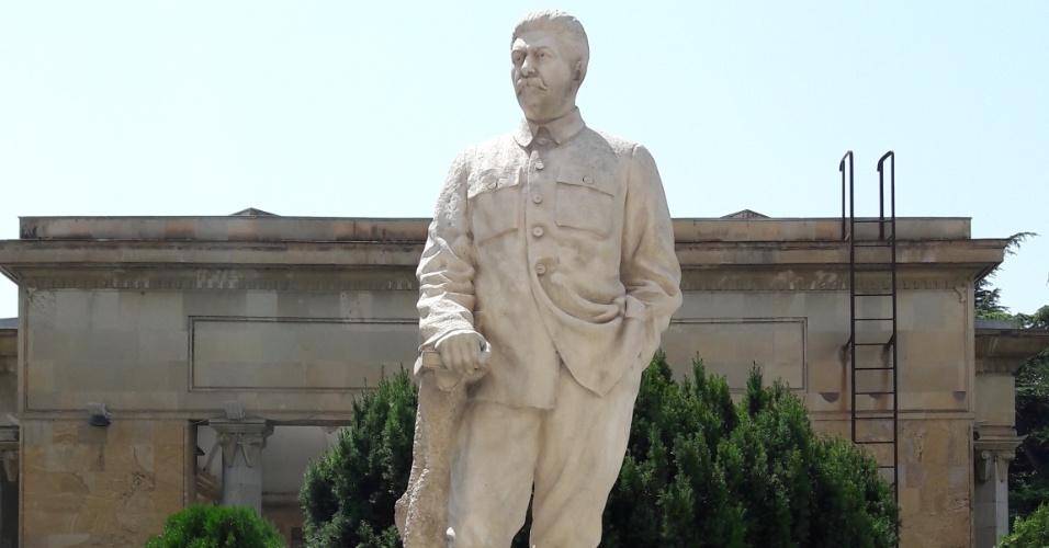 Estátua de Stalin na parte de trás de sua casa, já no território do Museu, em Gori