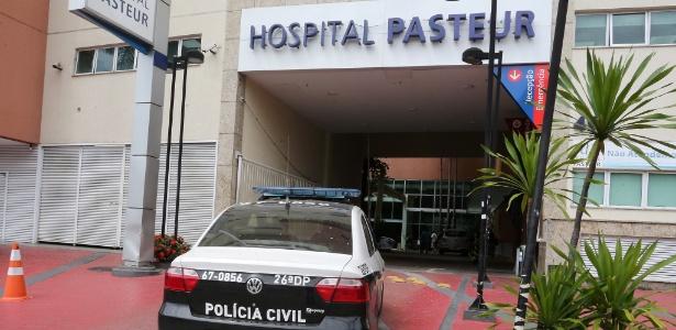8.nov.2017 - Viatura policial chega ao Hospital Pasteur, na zona norte do Rio de Janeiro