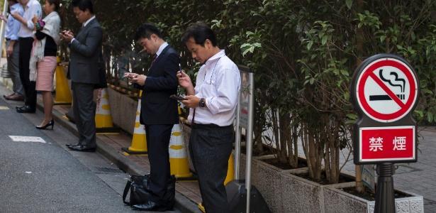 Fumantes com cigarro aceso em área onde não é permitido fumar em Tóquio