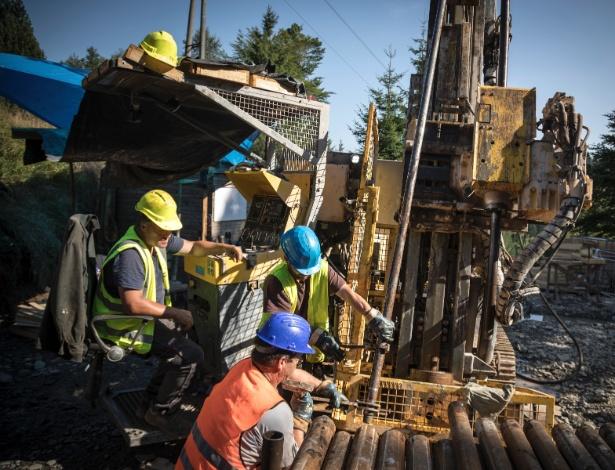Homens perfuram solo procurando por lítio, em Cinovec, República Tcheca