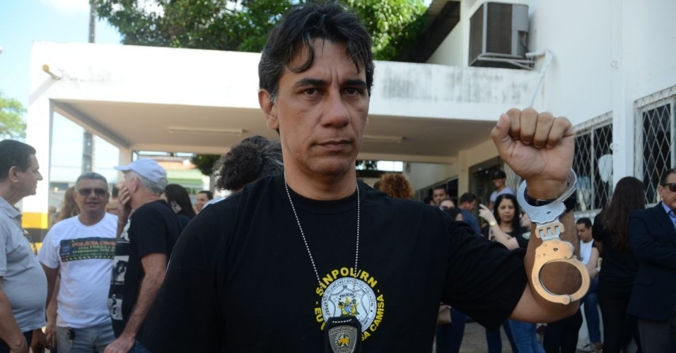 3.jan.2018 - Nilton Arruda, presidente do Sindicato dos Policiais Civis do Rio Grande do Norte. Ele e outros policiais civis se recusaram a trabalhar e se entregaram na manhã desta quarta-feira, na sede da Polícia Civil, em Natal