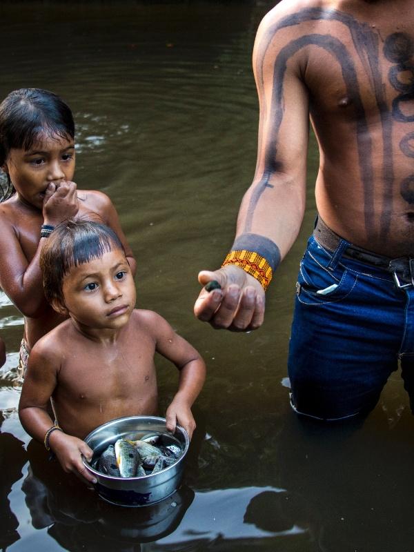 Pesca em área indígena ka'apor, no Maranhão