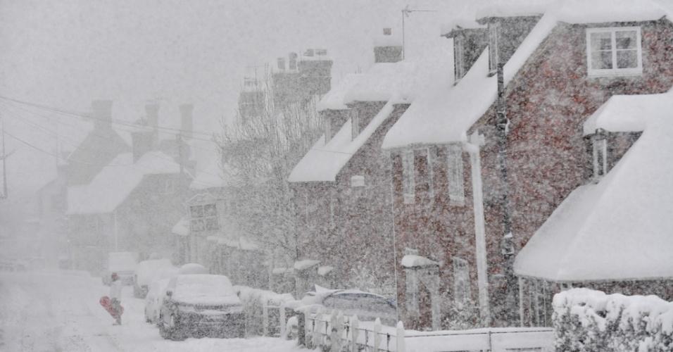 27.fev.2018 - Homem caminha na rua durante nevasca em Brenchley, sudeste da Inglaterra