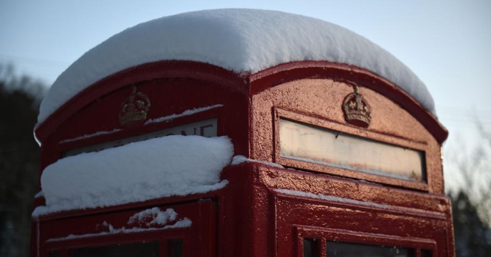 28.fev.2018 - Uma icônica cabine telefônica inglesa coberta de neve no vilarejo de Little Hayfield, no distrito de Peak, Inglaterra