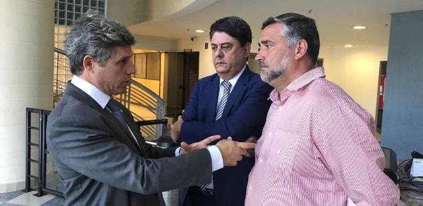 Da esq. para a dir., Paulo Teixeira (PT-SP), Wadih Damous (PT-RJ) e Paulo Pimenta (PT-RS) dentro da sede da Polícia Federal em Curitiba
