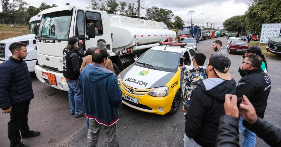 Caminhoneiros impedem a saída de combustível escoltado da Refinaria Presidente Getúlio Vargas (Repar), em Araucária, na região metropolitana de Curitiba (PR), na manhã desta sexta-feira (25). Viaturas da Polícia Militar acompanhavam o caminhão, mas foram cercadas por manifestantes. O grupo permitiu a saída de um caminhão. Alguns manifestantes vão acompanhar o veículo até o posto Seringueira, em São José dos Pinhais, onde são abastecidas viaturas e ambulâncias. Apesar do acordo anunciado pelo presidente Michel Temer na noite de ontem (24), o dia teve início nesta sexta-feira (25), com a manutenção da greve de caminhoneiros e bloqueios em diversas rodovias