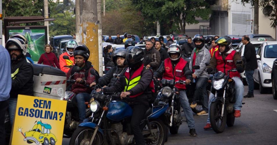 Fila de carros e motos em posto de gasolina na Vila Madalena, em São Paulo (SP), na manhã desta segunda-feira (28)