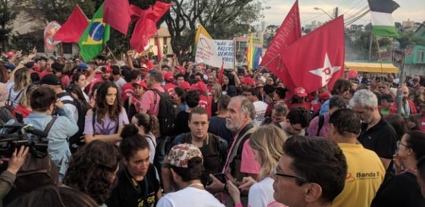 Militância petista aguarda soltura do ex-presidente Luiz Inácio Lula da Silva - Vinicius Boreki/Colaboração para o UOL