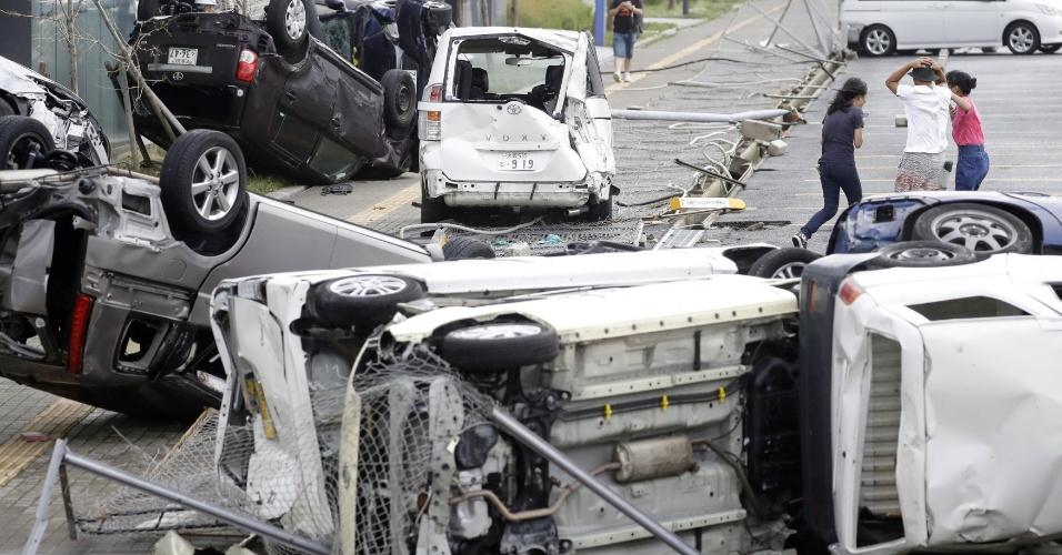 4.set.2018 - Veículos destruídos com o impacto do tufão Jebi em Osaka, no oeste do Japão