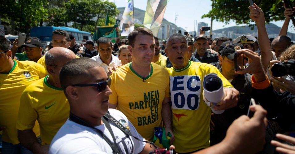9.set.2018 - Candidato ao Senado no Rio de Janeiro, Flávio Bolsonaro participa de ato em Copacabana, na zona sul do Rio, em favor de Jair Bolsonaro na tarde deste domingo (9)