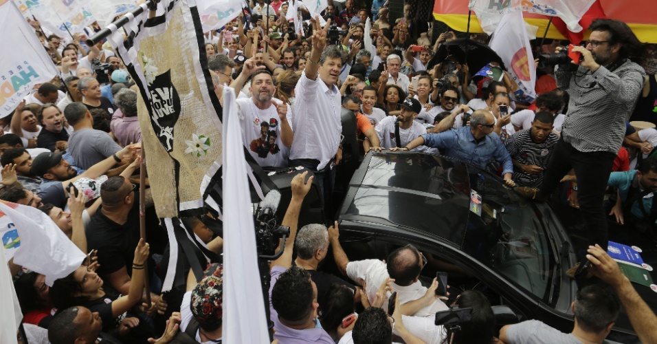 O candidato à presidência Fernando Haddad (PT) em campanha pelo bairro de Heliópolis, zona sul de São Paulo, na manhã de sábado, 27