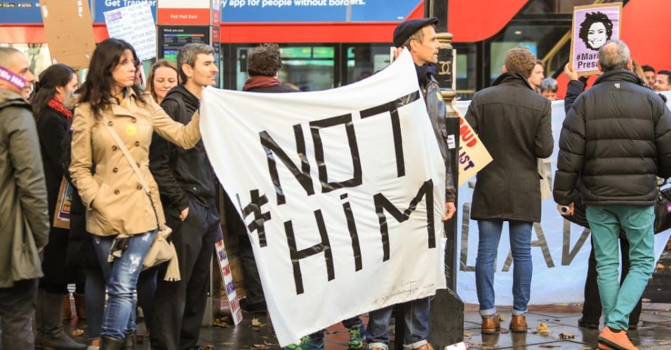 28.out.2018 - Brasileiros se manifestam contra o candidato Jair Bolsonaro (PSL) em frente à Embaixada Brasileira em Londres, Reino Unido, no segundo turno das Eleições 2018