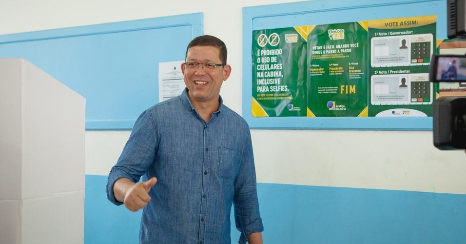 28.out.2018 - Candidato Marcos Rocha, do PSL,posa para fotos após o registro do seu voto no colégio Tiradentes da Polícia Militar