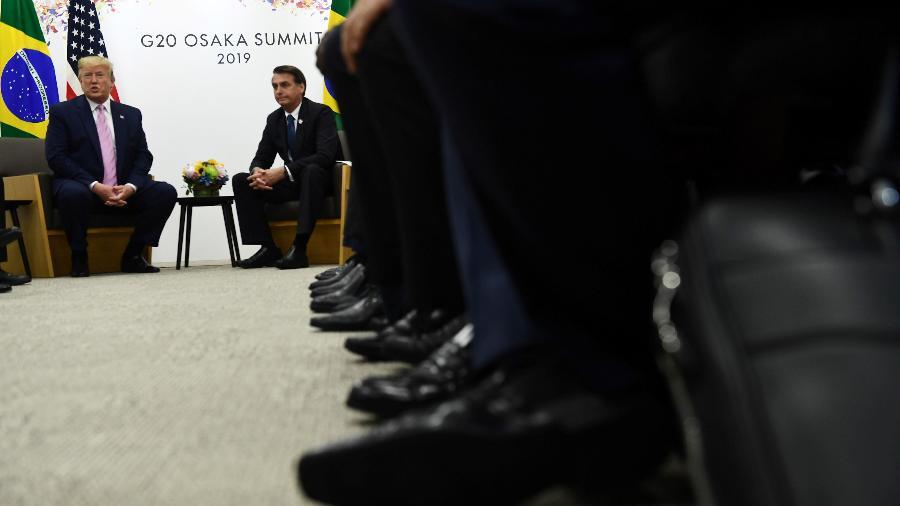 28.jun.2019 - Presidente Jair Bolsonaro, do Brasil, e presidente Donald Trump, dos EUA, durante encontro bilateral no Encontro do G20, em Osaka - Brendan Smialowski / AFP