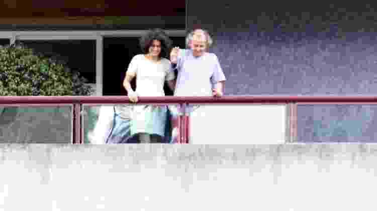 Washington Olivetto acena da sacada de seu apartamento após ser libertado em fevereiro de 2002 - Evelson de Freitas/Folha Imagem