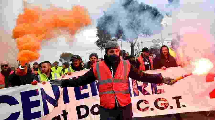 Manifestantes protestam contra reforma da Previdência em Paris, na França, em dia de greve geral - Clement Mahoudeau/AFP