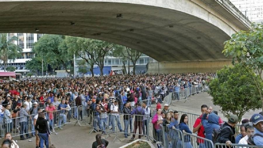 Desempregados fizeram fila no centro de São Paulo em busca de vagas de emprego, no início de 2020 - Edilson Dantas/Agência O Globo