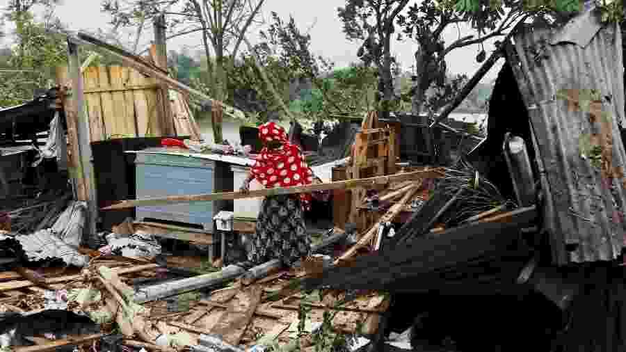 Moradora de Bangladesh recolhe seus pertences após ter casa destruída por ciclone Amphan - STRINGER