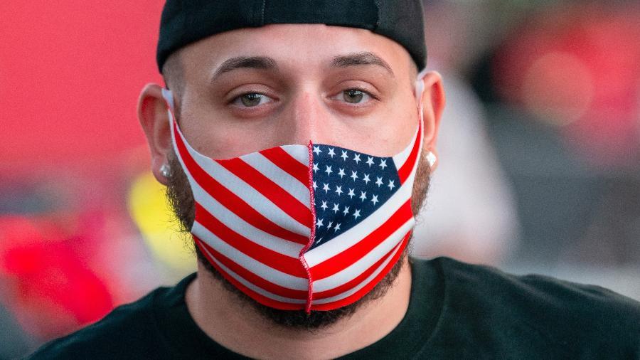 Homem usa máscara com as cores da bandeira dos Estados Unidos (EUA) durante pandemia do coronavírus - Alexi Rosenfeld/Getty Images