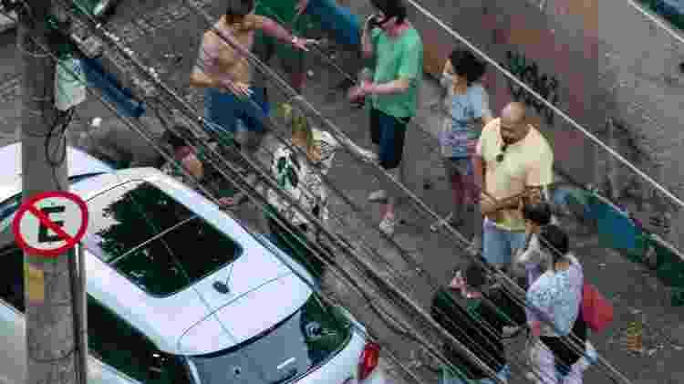 30.mai.2020 - Uma nova confusão começa quando Rafael (sem camisa) se aproxima de um morador, que possivelmente estava acionando a polícia pelo celular. Luiz Eduardo (embaixo) segue ao telefone, alheio ao que acontece - Reprodução - Reprodução