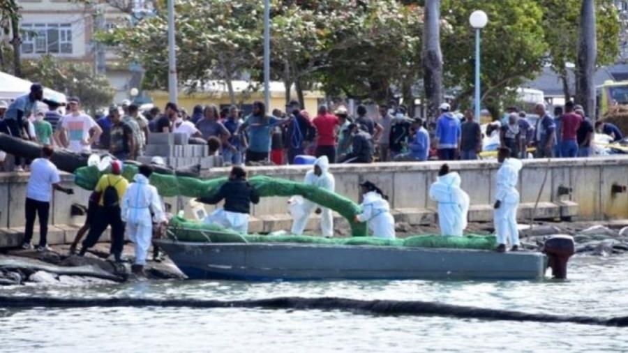 Voluntários trabalham para conter vazamento em Maurício - Reuters