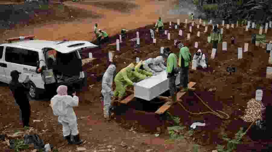 Enterro de vítimas da covid em Jacarta, na Indonésia - SOPA Images/SOPA Images/LightRocket via Gett