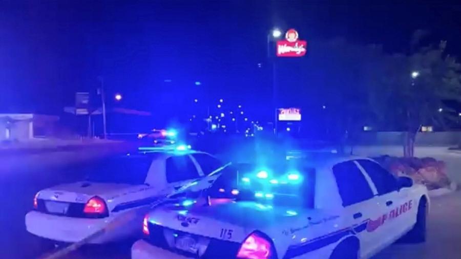 Carros da polícia atendem a chamado após ataque a tiros em Shreveport, Louisiana (EUA) - via REUTERS