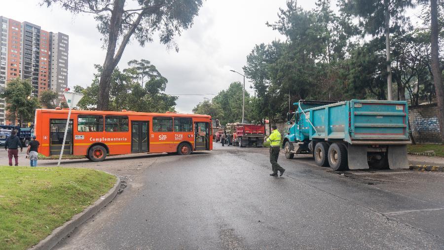 3 mai. 2021 - Em Bogotá, na Colômbia, caminhoneiros bloqueiam uma avenida em protesto contra a reforma tributária e o governo de Iván Duque - Daniel Garzon Herazo/NurPhoto via Getty Images