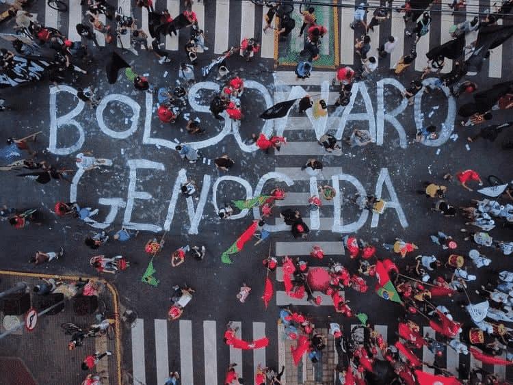 3.jul.2021 Letreiro pintado no chão durante ato nesta manhã no Recife -  Rafael Bandeira / Reprodução / Twitter MST -  Rafael Bandeira / Reprodução / Twitter MST