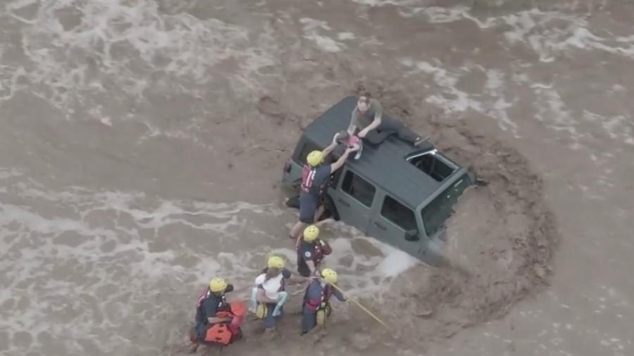 Bombeiros resgatam família presa em um veículo em uma enchente perto de Catalina, no Arizona - Golder Ranch Fire District/via REUTERS