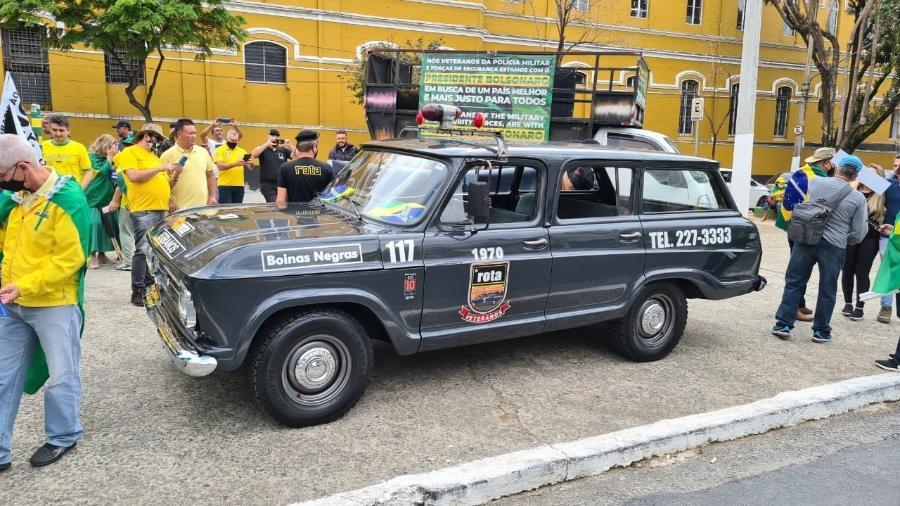 Veteranos da Rota saem em carreata até a paulista com uma antiga viatura, a veraneio cinza - Leonardo Martins/UOL