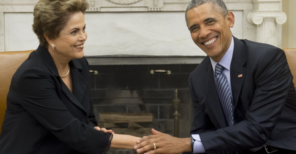 30.jun.2015 - A presidente Dilma Rousseff e o presidente norte-americano Barack Obama se cumprimentam durante encontro na sala oval da Casa Branca, em Washington, nesta terça-feira (30)