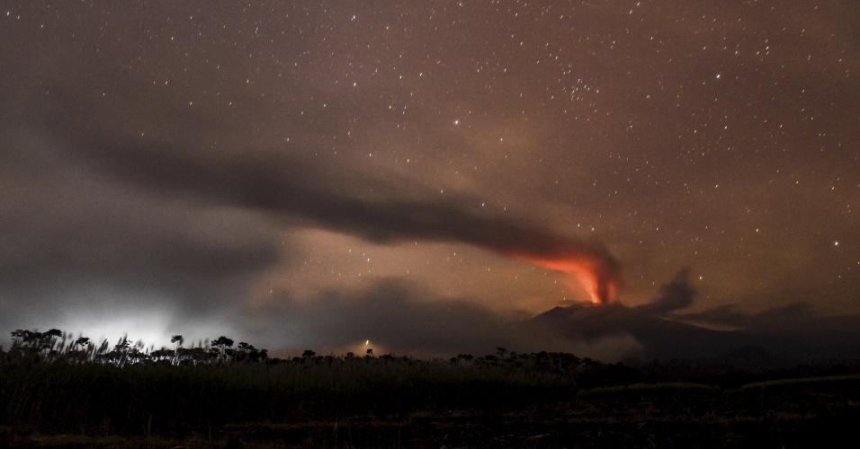 12.jul.2015 - O Monte Raung, na ilha de Java, na Indonésia, continua em erupção. Desde o início do mês, os analistas alertaram sobre o aumento da atividade do vulcão, de mais de 3.300 metros de altura, que na quinta-feira expulsou uma grande coluna de fumaça. A Indonésia está situada sobre o chamado Anel de Fogo do Pacífico, uma área de grande atividade sísmica e vulcânica que abriga mais de 400 vulcões, dos quais 129 seguem ativos