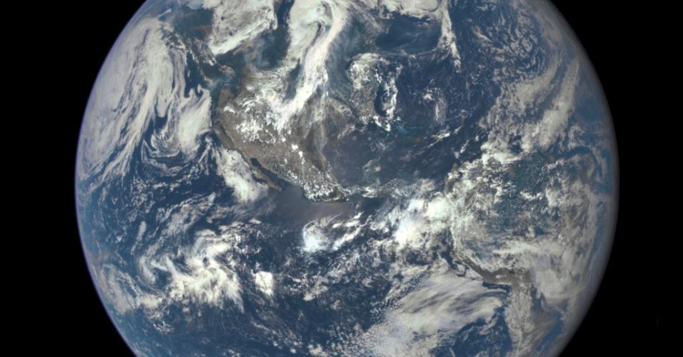 20.jul.2015 - Uma câmera instalada em um satélite da Nasa (agência espacial norte-americana) fez uma imagem de um dos