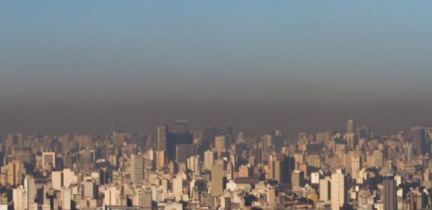 Camada de poluição sobre o céu da cidade de São Paulo em uma tarde de agosto
